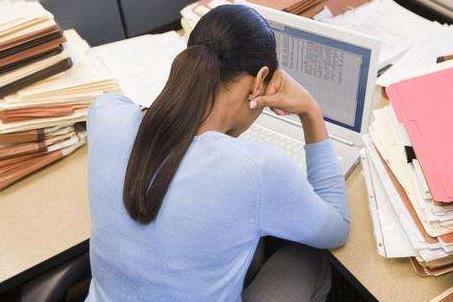白领女性上班要做好防电脑辐射,为了达到效果怎么做好