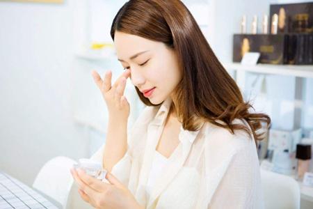 女生长期化妆的护肤方法,让你卸了妆还是素颜美女