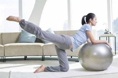 瑜伽球减肥动作分解,动作不标准也能练瘦
