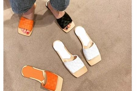 凉拖鞋优雅随性还舒适,Jennie选择的平底拖有多时尚