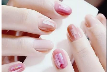 好看显白的碎玻璃美甲,2019韩式流行指甲图案