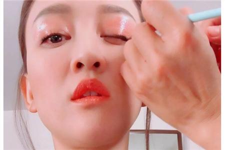 陈乔恩的水光感眼妆居然是唇蜜画的,日常水润眼影怎么画