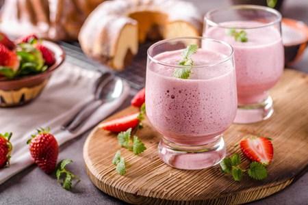 炎炎夏日来一杯冰爽奶昔,草莓、香蕉口味的做法大全