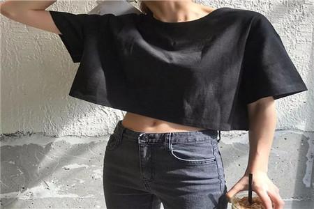 如何利用短上衣来凸显时尚感,正确的服饰搭配让身材更好