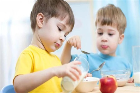 一岁宝宝喝配方奶和牛奶哪个好?这样做对宝宝的发育更有利