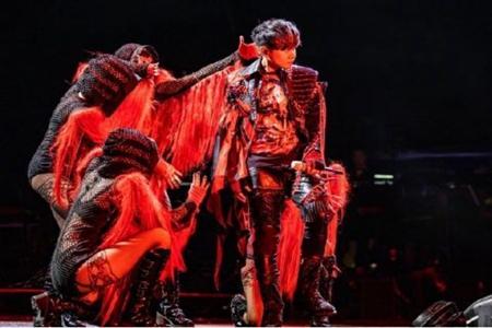 明星为了证明没有假唱到底有多努力 林俊杰演唱会上花式玩转话筒