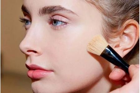 减少夏季粉底晕妆,你需要这四个化妆技巧