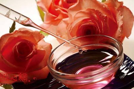 玫瑰精油作用:美白淡斑,功效显著的护肤方法