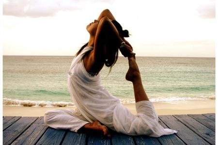 学习三个瑜伽体式动作,每天保持锻炼让身体排毒养颜