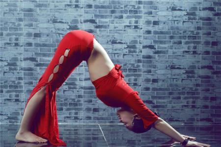 职业女性练习瑜伽积极性高,这六个瑜伽体式动作教程不能少
