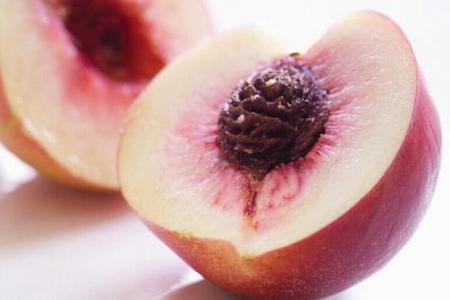 桃子功效:消水肿利尿,美味做法享受水蜜桃