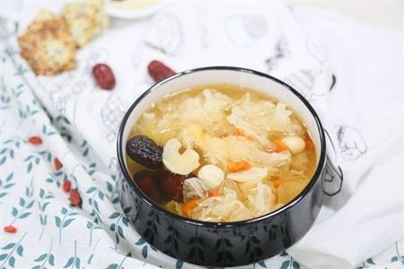 健康养生的早餐食谱,适合女性吃的银耳莲子羹做法