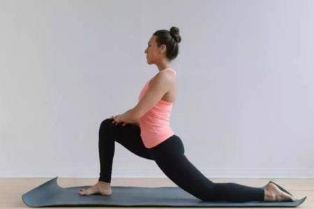 女性拥有曼妙身姿,可以通过瑜伽打开正确劈叉方式