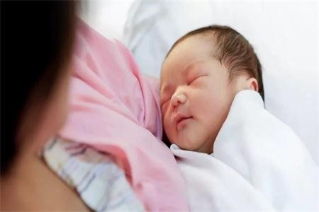 新手妈妈如何给新生儿喂奶,宝宝吃奶之后多久可以拍嗝