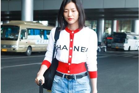 刘雯香奈儿针织衫显身材,秋季线衣成为时尚新潮流