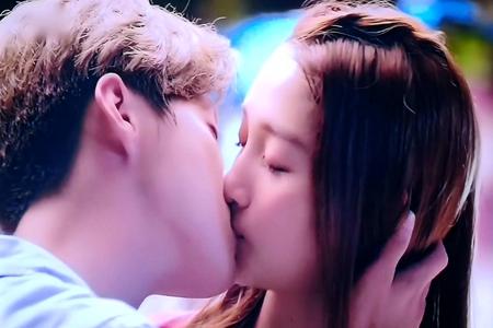 鹿晗为关晓彤庆生力破分手内幕谣言,网友留言祝福成催婚团
