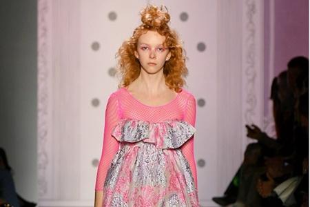 女孩可爱丸子头怎么扎,秀场模特花朵发型打造新创意