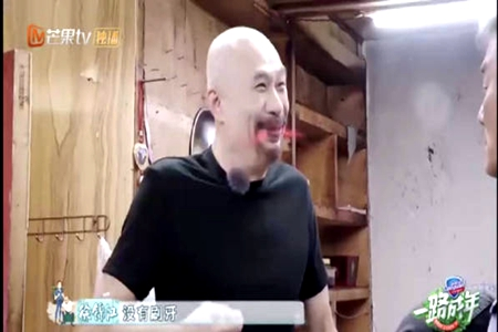 徐锦江在新节目中笑料百出 梁家辉惨遭他喷一脸西瓜汁