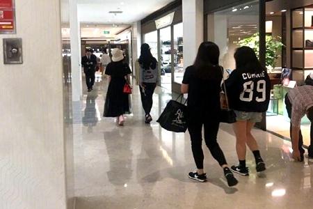 刘亦菲和舒畅逛街被偶遇,网友:没想到她们认识交友这么多年