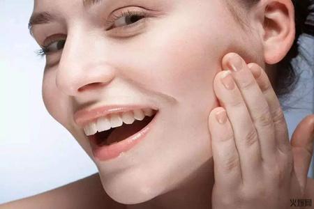 长痘痘的女生如何刷酸,油皮改善肤质的注意事项