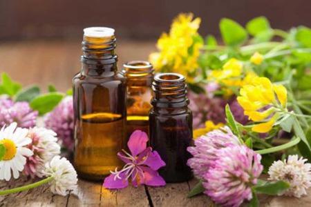 女性享受精油按摩,丰胸保养如何选择优质植物油脂