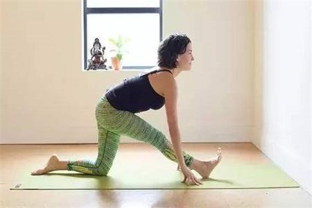 女性练习下犬式姿势不规范,不如试试这样的改进动作