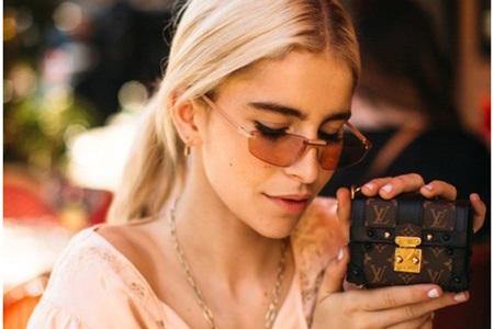 迷你小包包成为时尚新宠,手掌包成为LV品牌潮流款式