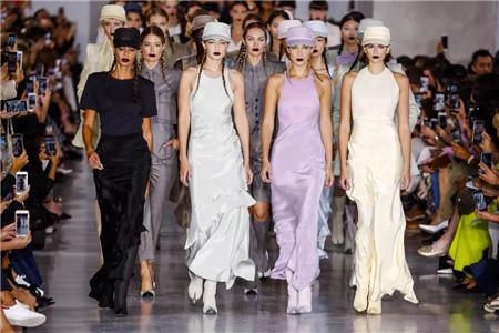 年度时装周最佳穿搭法则 2019年流行趋势色彩搭配