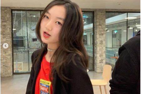 13岁李嫣成熟打扮逛夜店,回应是参加学校晚会