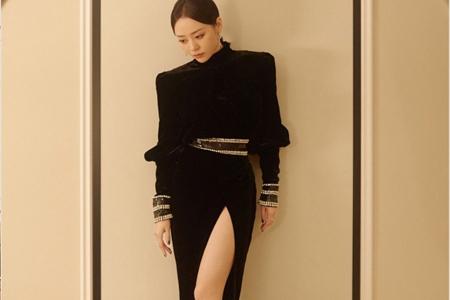 张靓颖身穿高开叉长裙出席时装周,黑色天鹅绒保暖冷艳