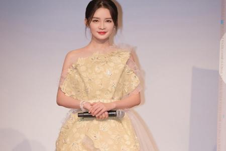 李沁电影节穿着黄色纱裙生图惊艳,素颜烫发包租婆造型太少女