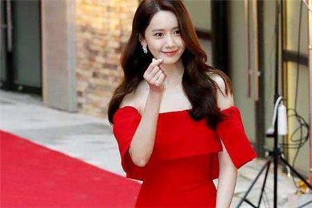 韩国偶像门面林允儿红裙亮相,从下车就惊艳四座