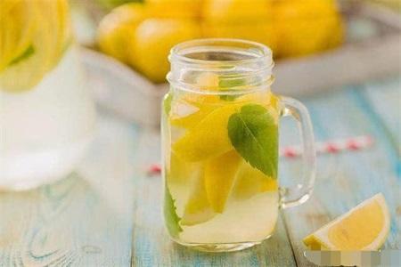柠檬水的功效与作用,女性喝柠檬水需要注意这三点