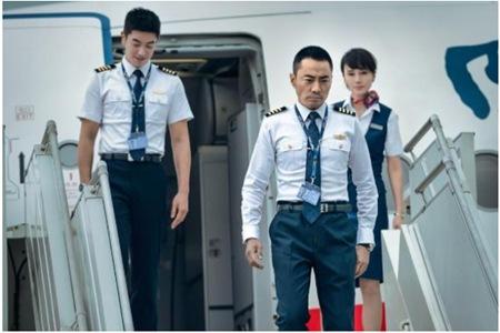 电影《中国机长》原型事件的恐怖细节,原型人物刘传健还原真实