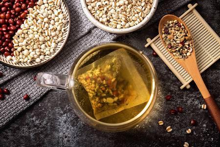 红豆薏米芡实茶的功效与作用,女性美容助消化就喝它