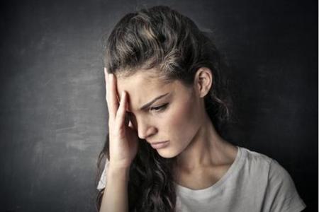 抑郁症的表现症状,女性患抑郁无缘无故的哭觉得压抑