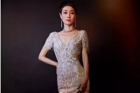 马伊琍复古羽毛裙惊艳金鸡奖,三套优雅礼服穿出成熟女人味
