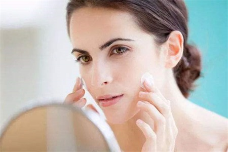 皮肤干燥起皮怎么办 修复皮肤屏障这三点不能少