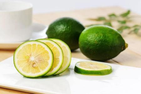 柠檬泡水喝的五大功效和作用,女性空腹喝减肥更有效