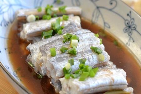带鱼的家常做法,不炸不煎清蒸起来最健康,女性吃了不长胖