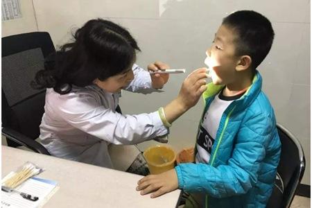 发烧搓六个部位退烧快,认准这个穴位帮助孩子退烧