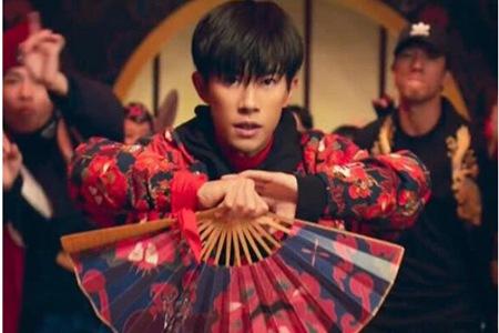 阿迪达斯广告易烊千玺国风造型帅气,刘亦菲高马尾惊艳压轴