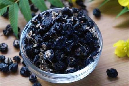 黑枸杞有什么功效?黑枸杞泡水喝五大营养价值及疗效