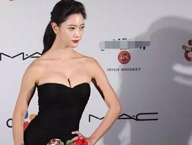 韩星竟然穿旧的的礼服走红毯?毫无装饰点缀很是穷酸
