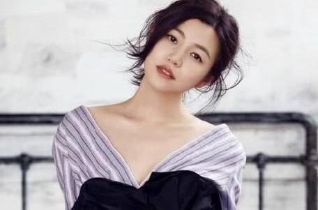陈妍希一身抹胸短裙,短到连安全裤都看到了