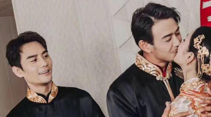 小包总杨烁婚礼现场,王凯的表情成了亮点.jpg