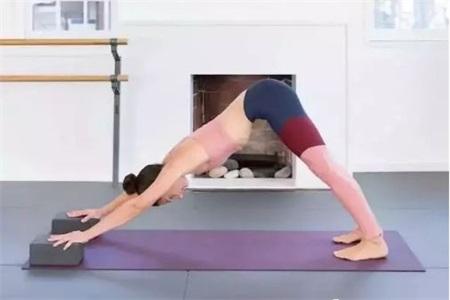练习瑜伽动作不标准怎么办?巧用瑜伽砖可以事半功倍
