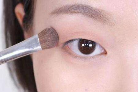 肿泡单眼皮眼线怎么画才好看,眼尾画法最重要
