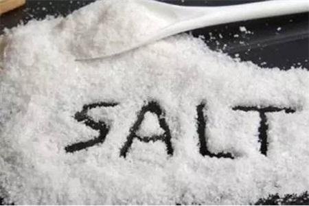 盐吃多了有害健康,女性想要护肤不长胖,首先要减少盐摄入