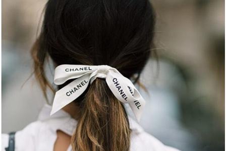 美丽头饰让女生的头发不再乱糟糟,香奈儿复古丝带华丽来袭